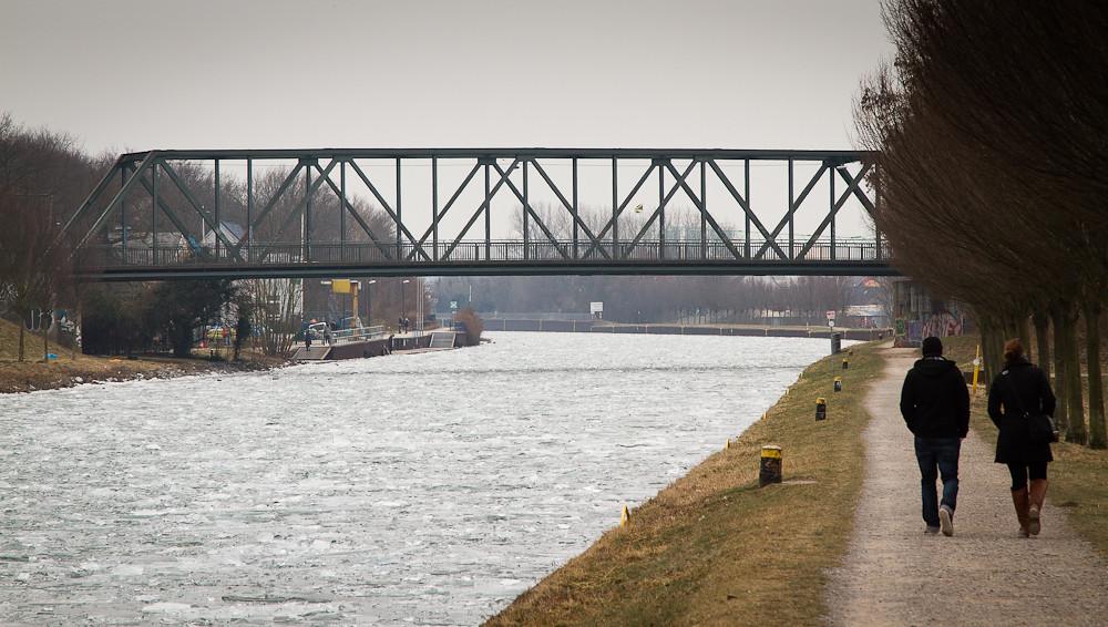 Deusener Brücke über den vereisten Dortmund-Ems-Kanal