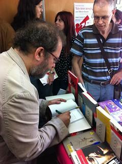 Chesús Yuste, firmando en la Feria del Libro de Zaragoza 2012