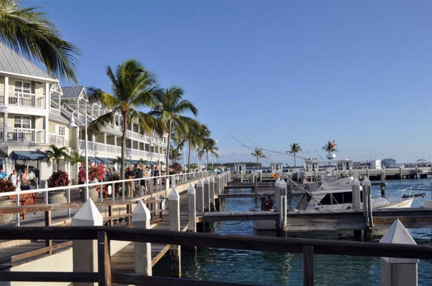 El puerto deportivo es un lugar ideal para pasear, con muchos espectáculos y tiendas.