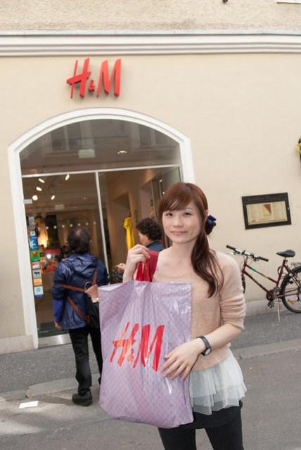 因為時間有限,所以我們剛到奧地利的第一個行程就是 -- shopping,第一個點選的是 H&M。衣服真的是蠻便宜的。
