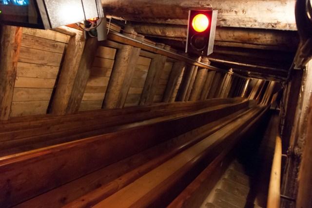 滑梯總共兩道,第一道是比較短的,可能十幾公尺高吧!讓大家練習練習