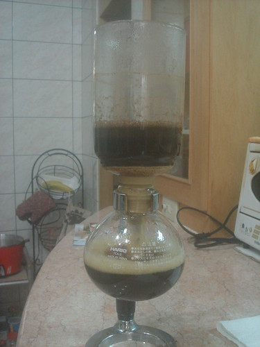 syphon以濕毛巾包住咖啡往下流入下座1