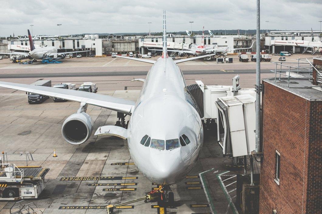 Imagen gratis de un avión esperando a los pasarejos