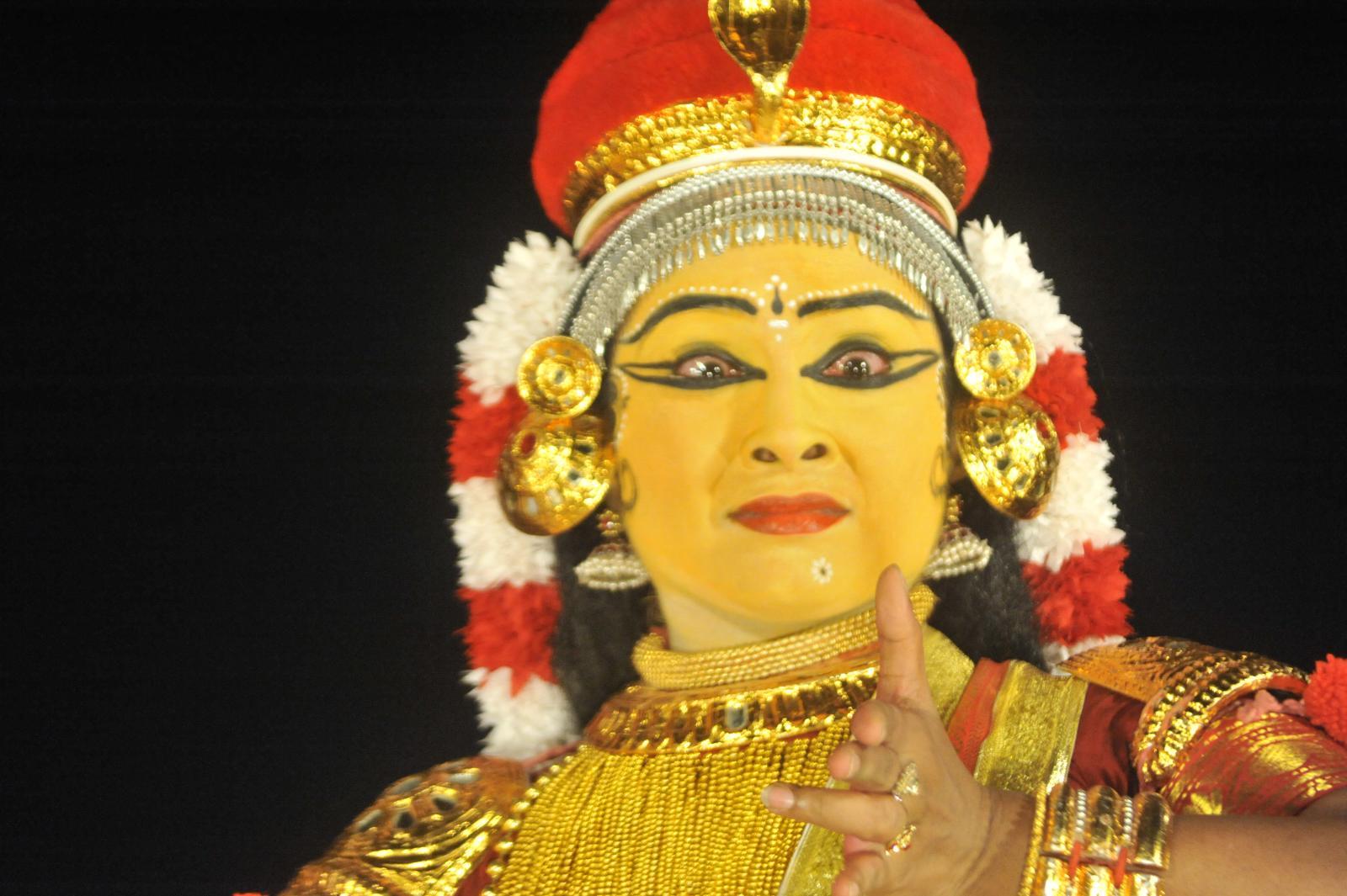 Foresighted tara is feeling sad at Bali's going to fight;  Margi Madhu : Koodiyattam - Bali Vadham