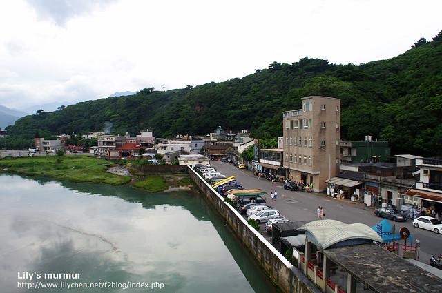 這是從景觀橋上拍的漁村風景,漁村的生活很寧靜。