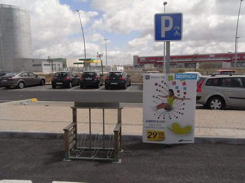 Aparcamiento bicicletas en tienda  Decathlon Cordoba.