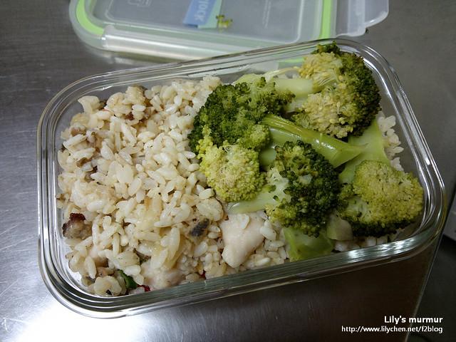 某天中午的便當,鹹魚雞粒炒飯,搭一點青菜就很營養健康了。