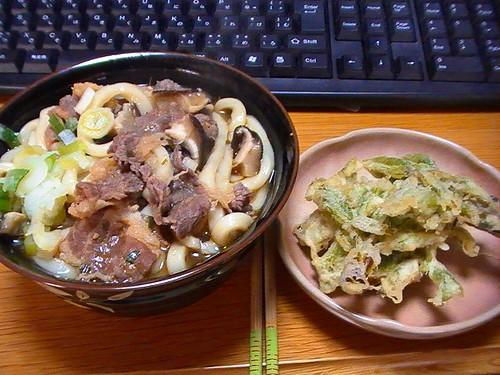 肉うどんに山菜こしあぶらの天ぷら