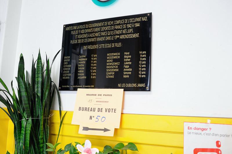 A l'entrée de l'école, un plaque rappelle les noms et l'âge des enfants juifs arrêtés par la police de Vichy - © Razak