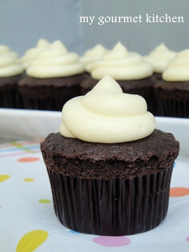 chocolate cupcakes with cream cheese frosting