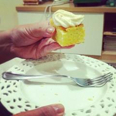 190. Bolo de laranja com cobertura de cream cheese