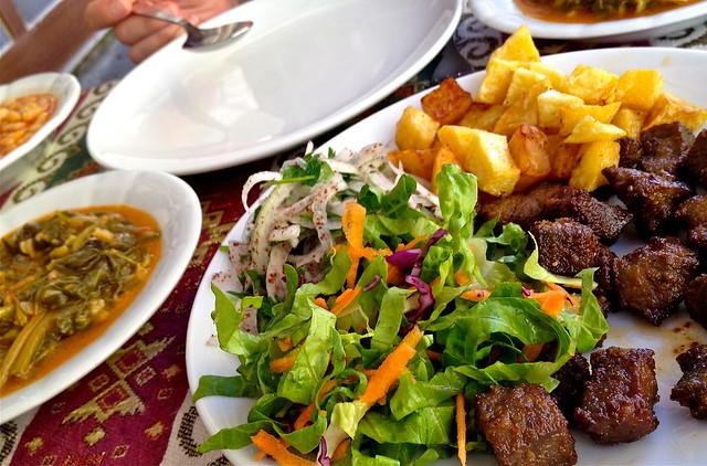 Lekker eten in Turkije: yoghurt met waterkers, gestoofde tuinbonen, gebakken lamslever, rijst met waterspinazie bij Eylül Restaurant, Dalyan