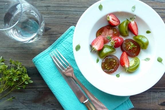 Salade de tomates, fraises et basilic