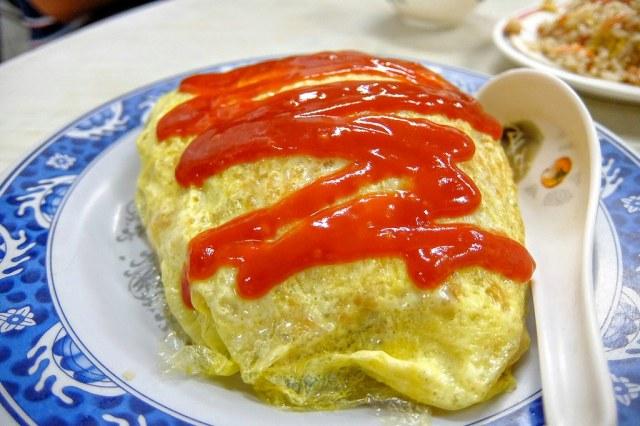 蛋包飯啊! 外層的蛋皮不厚,裡頭的飯是茄汁肉絲飯,帶著點甜味...