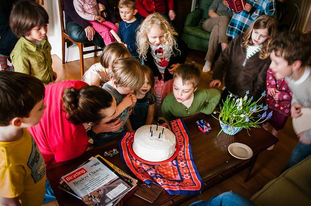 sadie's 5th birthday cake crowd 9