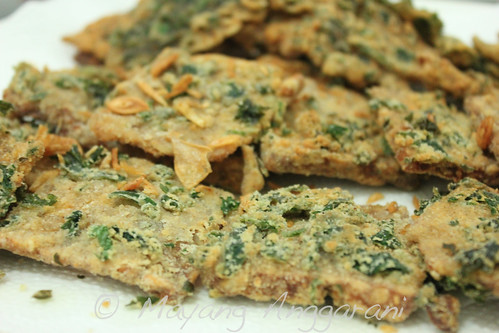 I have a bunch of faded coriander leaves; I used them to add extra umph on my batter for fried tempe
