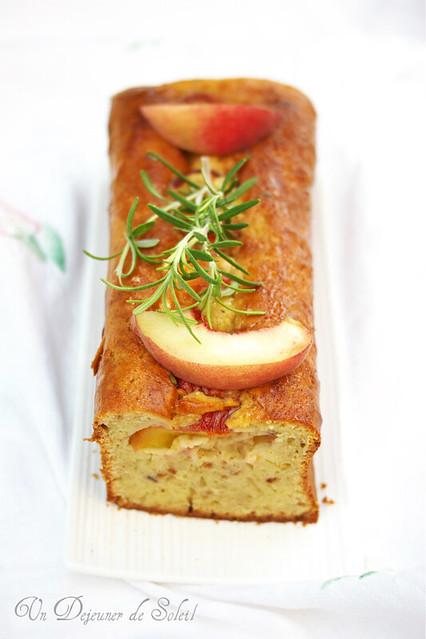 Cake au mascapone, pêches et romarin