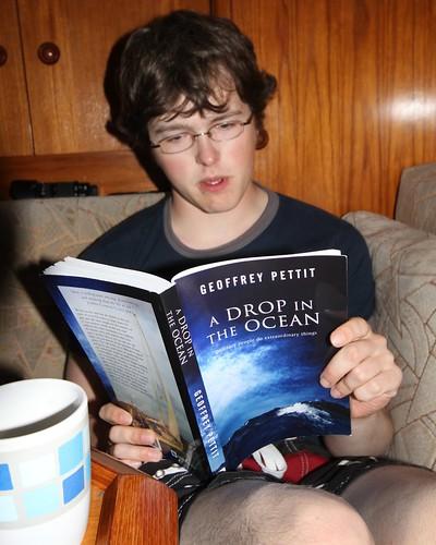 Andreas leser høyt fra boka vi fikk av forfatteren