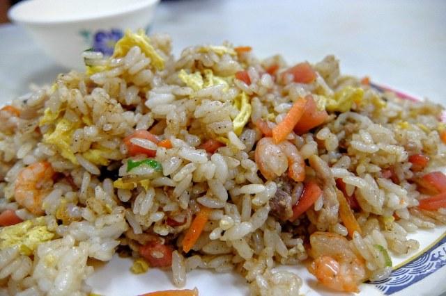 綜合蛋炒飯,裡頭的料有紅蘿蔔,蝦子,火腿等...味道頗重,也帶著點油膩,不過趁熱吃還蠻好吃的!