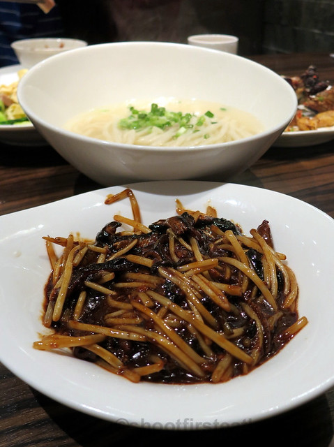 noodle in soup with sliced eel HK$50