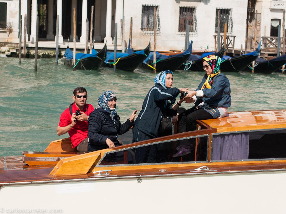Todo el mundo se fotografía a todo el mundo en el Gran Canal