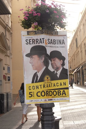 Cartelería concierto Sabina y Serrat atada al mobiliario urbano calle Gondomar.