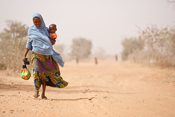 A woman and her severely malnourished son leave a UNICEF-supported health centre, in Niger's Maradi Region, March 2012 © UNICEF/Olivier Asselin