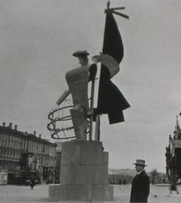 Constructivist propaganda figure, 1931 (photo by Ernst May)
