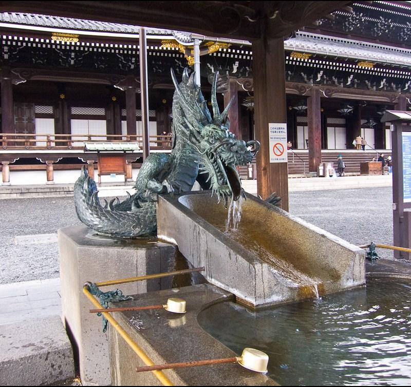 Precioso dragón en el temizuya del templo Nishi Honganji de Kioto