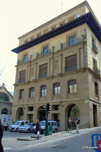 Fachada posterior del edificio del Ayuntamiento de Pamplona sobre la Plaza de Santiago.
