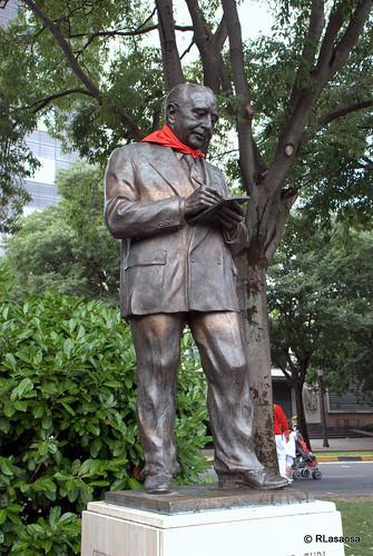 Estatua homenaje al doctor José Joaquín Arazuri, médico e historiador de temas pamploneses