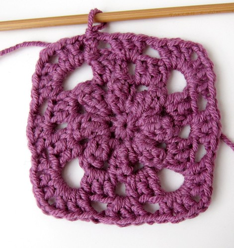 Crochet granny square and linen pincushion free tutorial 13