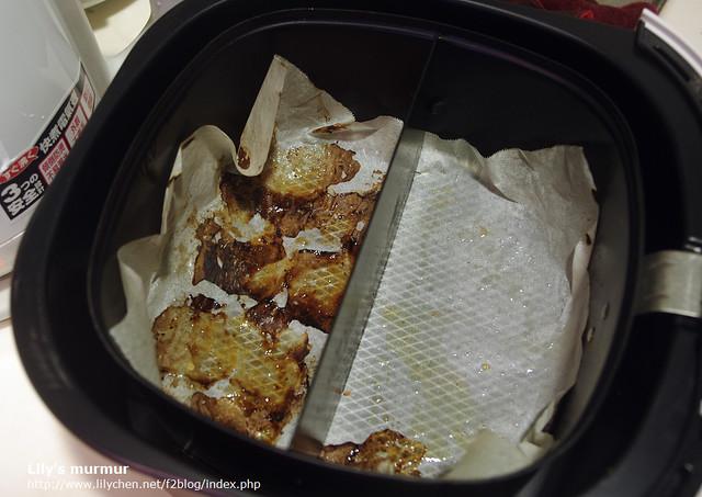 看一下烘培紙上的油,想想看吃下這些油有多驚人啊。