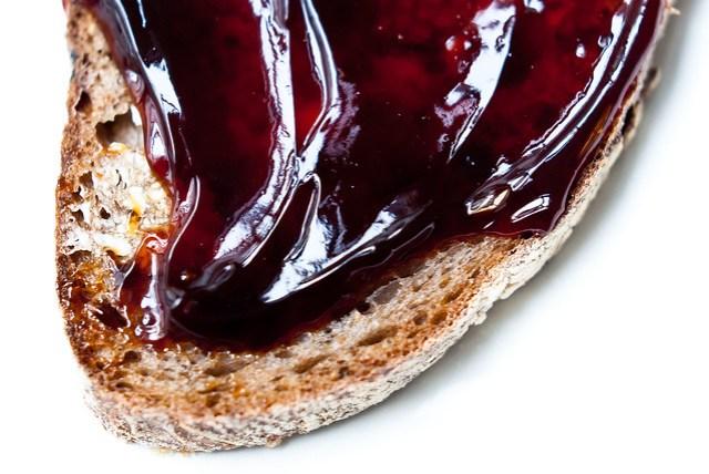 Limburgese appel en perenstroop van Eugène Wiertz op stevig brood