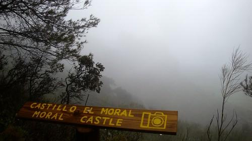 El castillo del Moral oculto por la lluvia