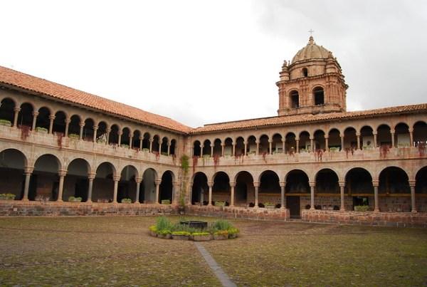 Patio del convento de Santo Domingo en Cusco