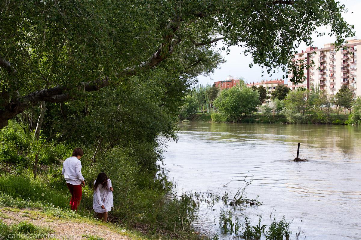 Jugando a la orilla del Ebro