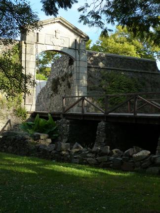 gate/moat