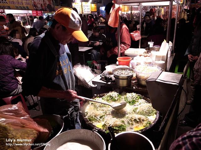 生意很好,負責煎蚵仔煎的是父親,母親跟兒子都是招呼的,母親還負責煎蘿蔔糕。