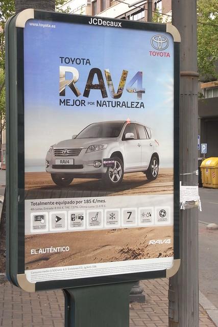 Publicidad de coche todoterreno Toyota, el coche metido en la playa.