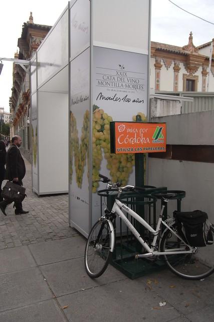 Bicicleta aparcada en la cata del vino en Córdoba.