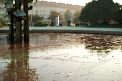 gefrorenes Wasser im 'sozialistischen' Robotron-Brunnen