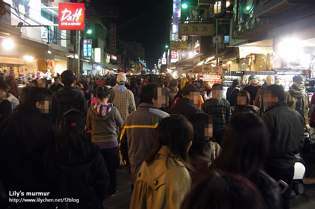 嘉義文化路夜市一景,左邊有一家仿H&M的店家叫做D&H: Devil & Heaven。
