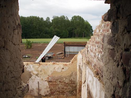 Construction du hangar : passage d'une tôle