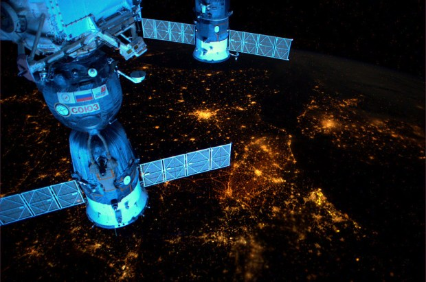 Over nachtelijk Europa. Op deze momenten kun je ISS zien. Beneden nog/al donker, zon op het station. www.heavens-above.com of volg @twisst