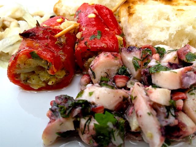 Lekker eten in Turkije: mezze bij Gel Gör Balik Restaurant in Dalyan met salade van inktvis en ceviche van zeebaars met uien en peper