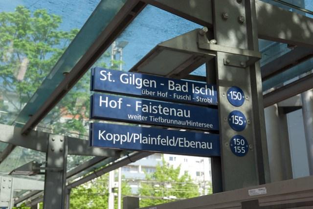 畢竟還是境內的公車,不用像 RVO 的站牌設在對街