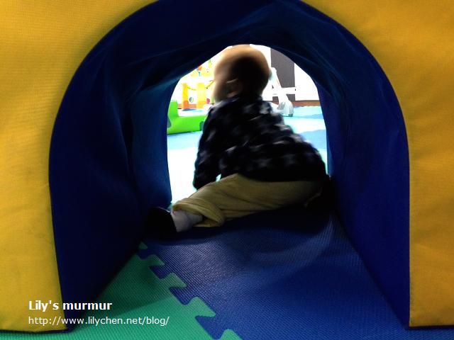 小妮還蠻愛爬山洞這遊戲,可以耗掉她不少體力