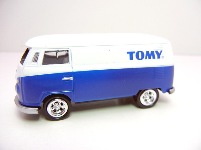 JOHNNY LIGHTNING 1965 VW TRANSPORTER WHT&BLUE (2)