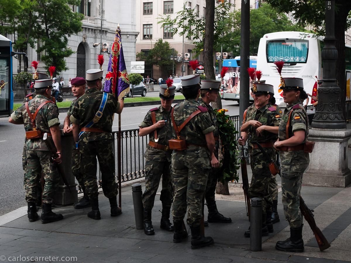 A los soldados españoles se les ve la pluma